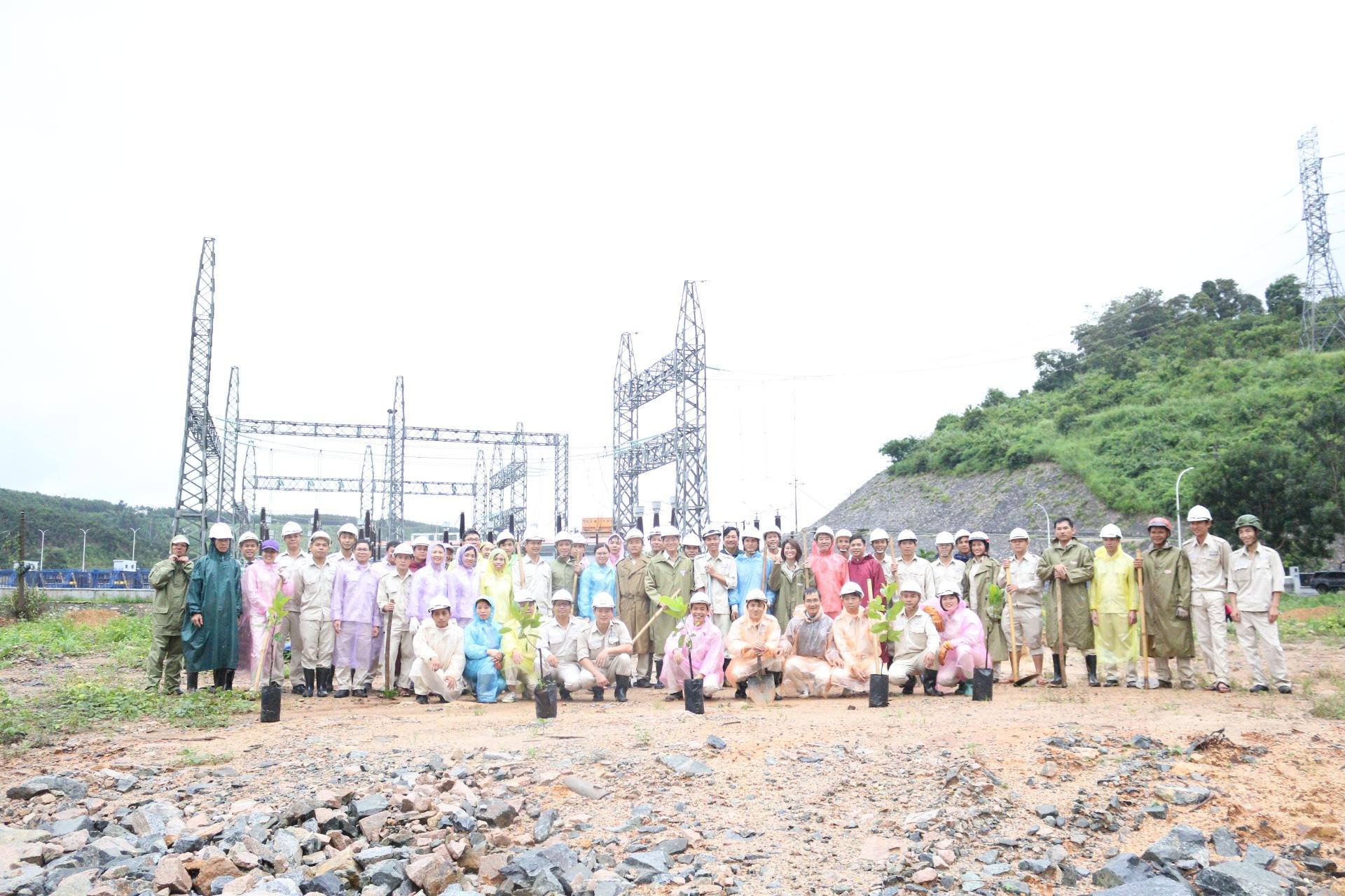 Người lao động Công ty trồng cây xanh và tạo cảnh quan tại NMTĐ Sê San 3A